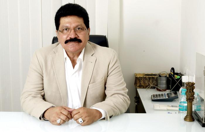 डॉ अब्दुल रहमान वनू बॉलीवुड के दैनिक श्रमिकों की कर रहे हैं मदद