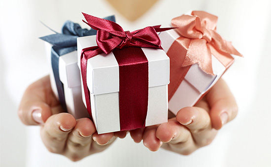 Small Gifts To Impress Her Mightily on First Kiss