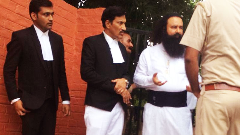 Gurmeet Ram Rahim outside special court in Rohtak before conviction