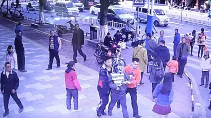 China: Father bumps into missing son at mall, rescues him from human traffickers