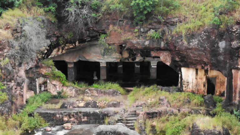 धाराशिव की प्राचीन गुफाएँ