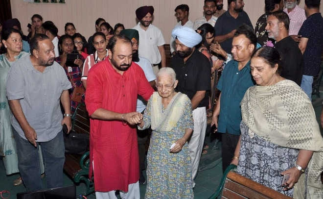 Uma Gurbaksh Singh along with Kewal Dhaliwal and others at the Preet Nagar theatre