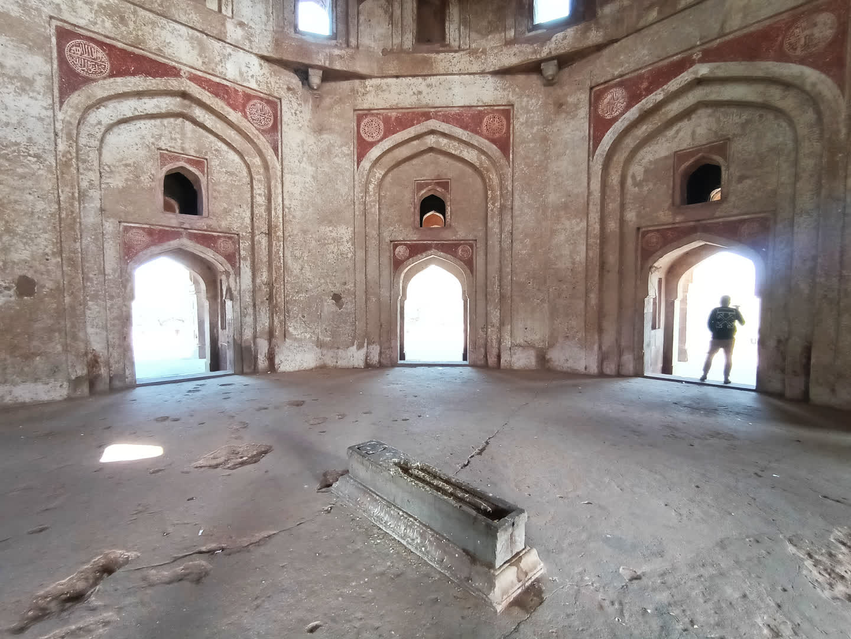 Adham Khan's grave