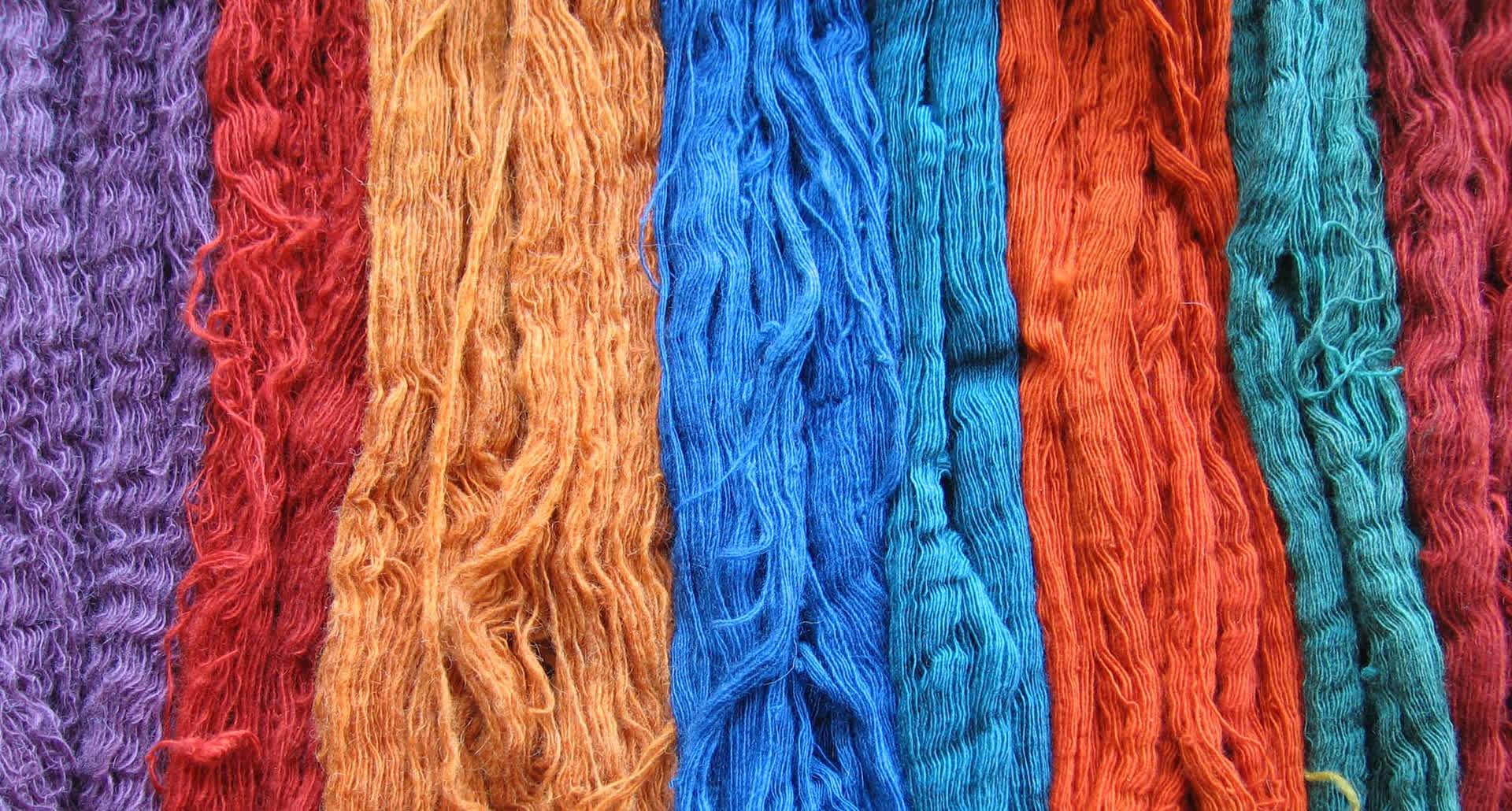 Yarns dyed naturally