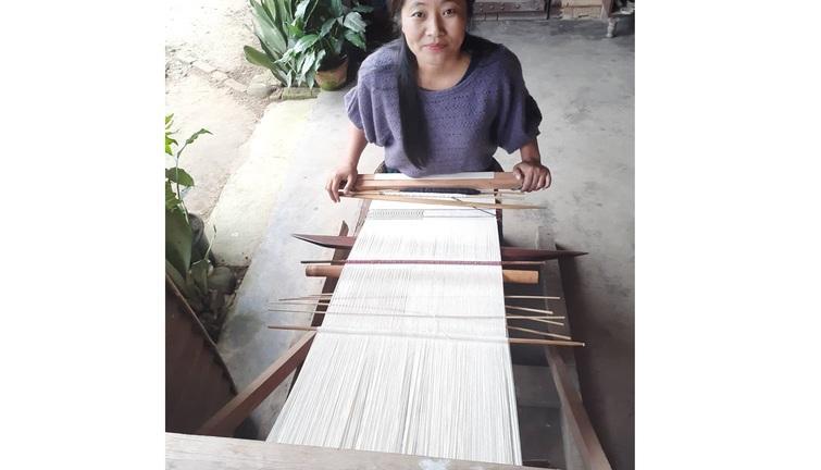 Vekuvolo Dozo weaving on a backstrap/loin loom