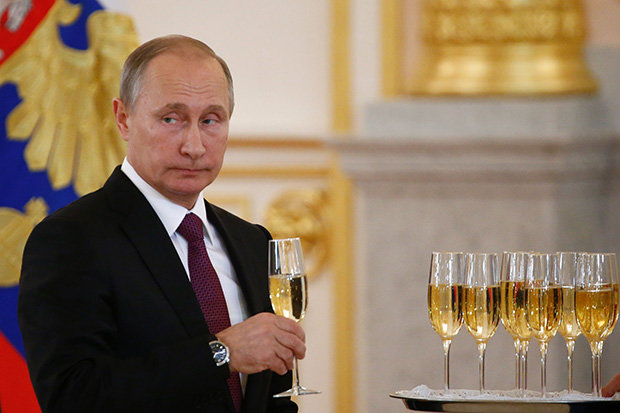 Vladimir-Putin-drinking wine.jpg