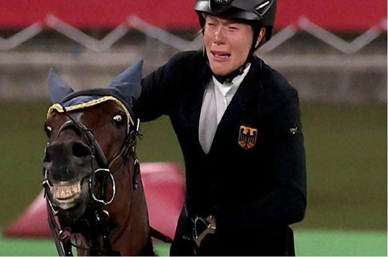 टोक्यो ओलंपिक: गोल्ड जीतने से चूकी तो घोड़े पर उतारा गुस्सा, वीडियो वायरल होने के बाद कोच निलंबित