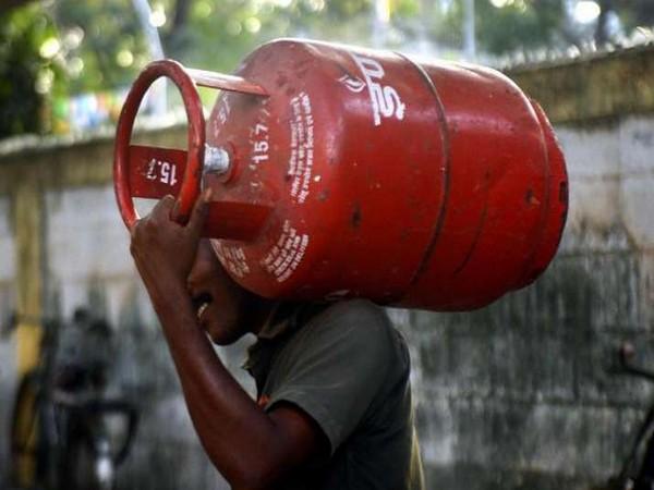 LPG Subsidy: 1000 रुपए हो सकते हैं गैस सिलेंडर के दाम, इन उपभोक्ताओं को अब नहीं मिलेगी सब्सिडी!