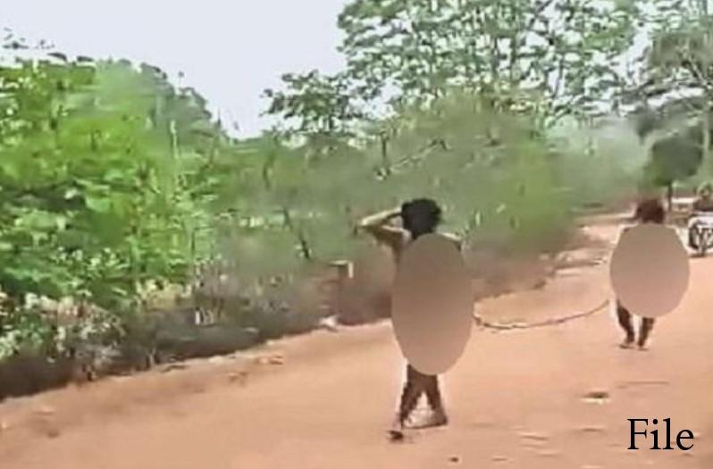 ग्रामीणों ने शादीशुदा महिला और युवक को नग्न कर पूरे गांव में घुमाया, जेठ, देवर और सरपंच थे शामिल, वीडियो किया वायरल