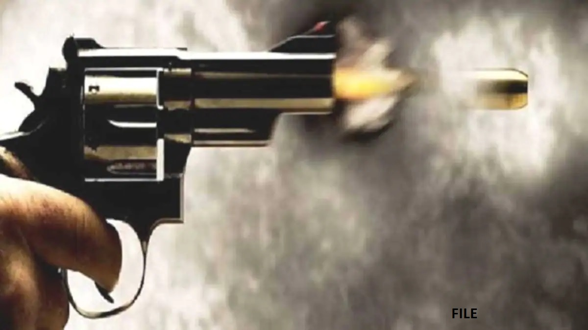कश्मीर: आतंकियों ने सरेआम पुलिस अधिकारी को मारी गोली, सीसीटीवी में कैद हुई घटना