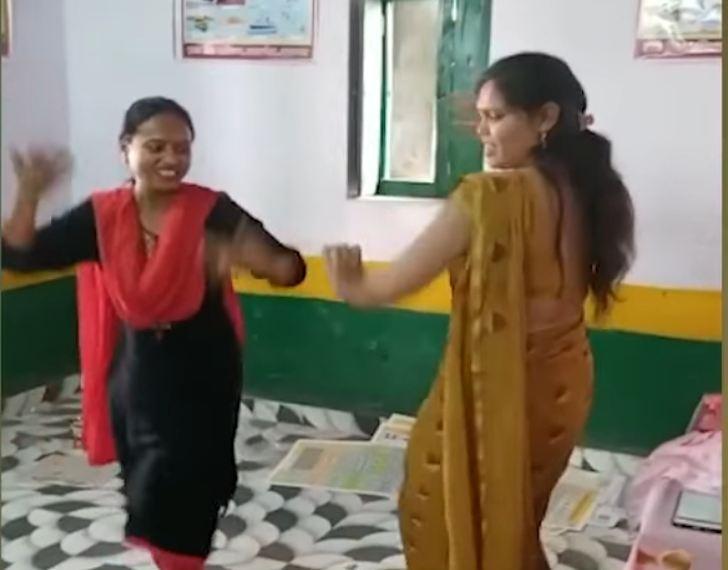 नृत्यशाला बनी पाठशाला: सरकारी स्कूल में शिक्षिकाओं ने सपना चौधरी के गाने पर जमकर मटकाई कमर, वीडियो वायरल, मिला नोटिस
