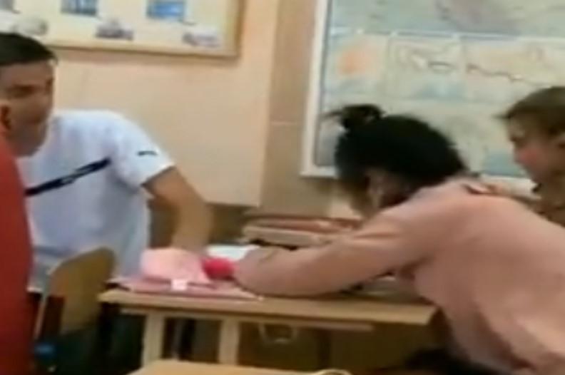 Watch Video: क्लास में सो रही थी दो छात्राएं, पूरे स्टूडेंट्स के सामने लड़के ने कर दी ऐसा हरकत, देखकर आप भी…