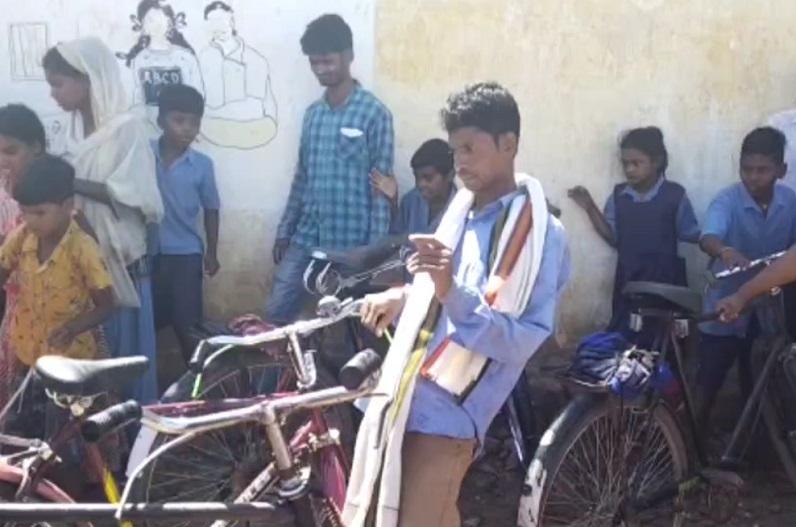 IBC24 खबर का असर: छात्राओं से अभद्र व्यवहार करने वाले 3 शिक्षक निलंबित, स्कूल में करते थे दारु, मुर्गा पार्टी