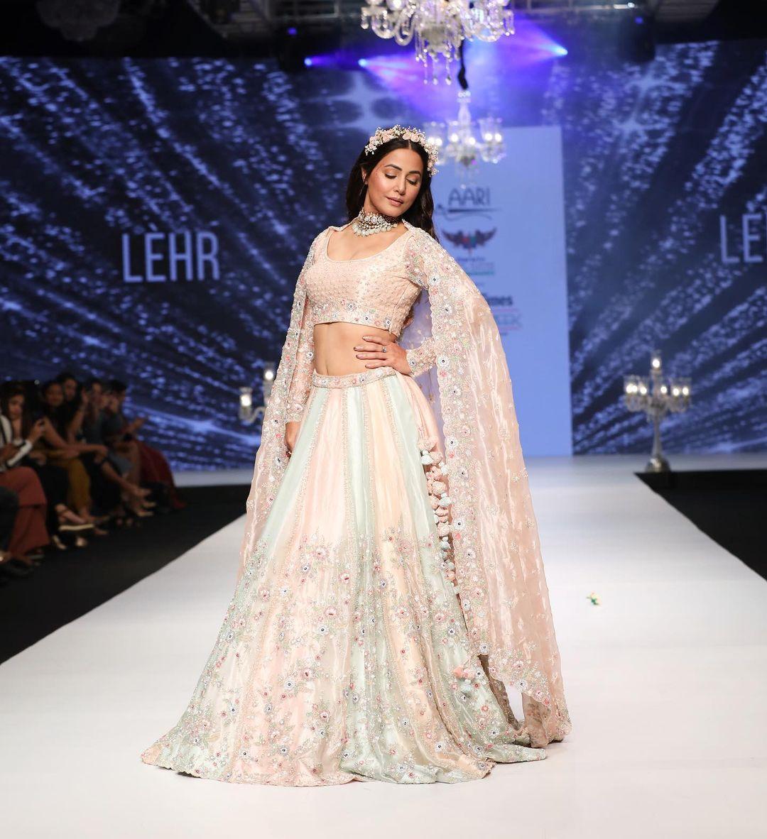 Hina Khan टाइम्स फैशन वीक में कैटवॉक करती आई नज़र, लहंगे में दिखा खूबसूरत अंदाज देखें Latest Photos