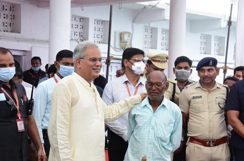 पैतृक गांव कुरूदडीह पहुंचे मुख्यमंत्री भूपेश बघेल ने दोस्त से जाना हालचाल, हेलीकॉप्टर में बिठाकर साथ ले आए रायपुर