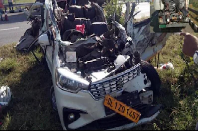 एक्सप्रेसवे पर बड़ा हादसा, खड़ी अर्टिगा को ट्रक ने मारी टक्कर, एक ही परिवार के 8 लोगों की मौत