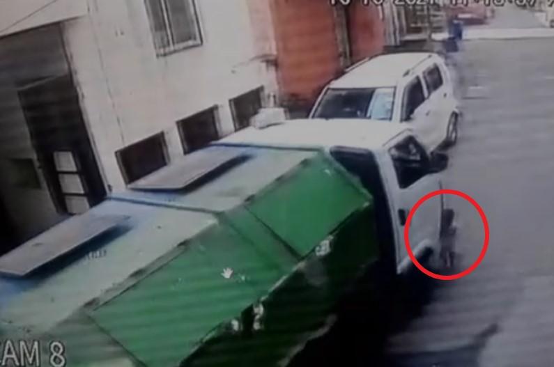नगर निगम की कचरा गाड़ी ने घर के सामने खेल रही मासूम बच्ची को कुचला, मौत, देखिए लाइव वीडियो