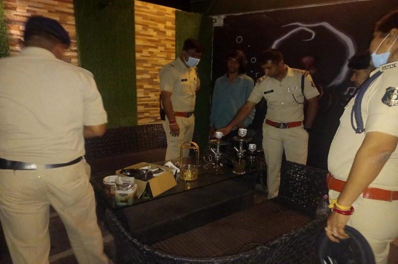तेलीबांधा इलाके के तीन हुक्का बार में पुलिस की दबिश, सीएम के निर्देश का खुलेआम कर रहे थे उल्लंघन