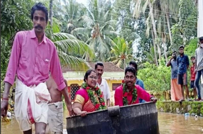 केरल में बाढ़ के बीच अनोखी शादी, बर्तन में बैठकर शादी के मंडप पर पहुंचे दूल्हा-दुल्हन, लिए सात फेरे