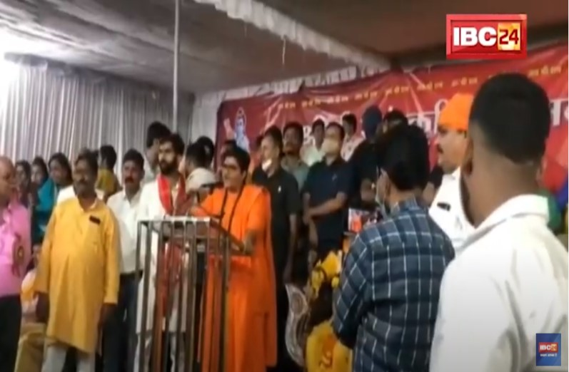 साध्वी प्रज्ञा ठाकुर ने भरे मंच पर कांग्रेस नेता को सुनाई खरीखोटी, कार्यक्रम छोड़कर निकले MLA पीसी शर्मा