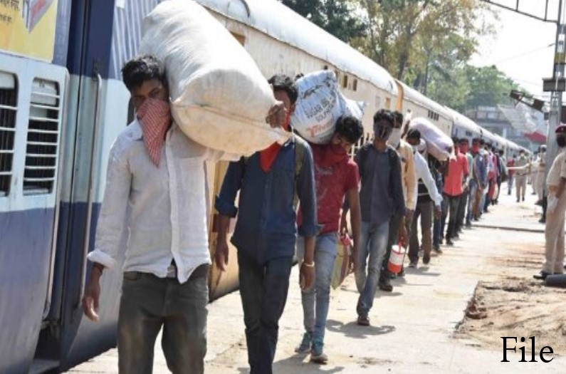 दिवाली समय में भी आदिवासियों को नहीं मिल रही रोजी-रोटी, ठेकेदार दे रहा तारीख पर तारीख