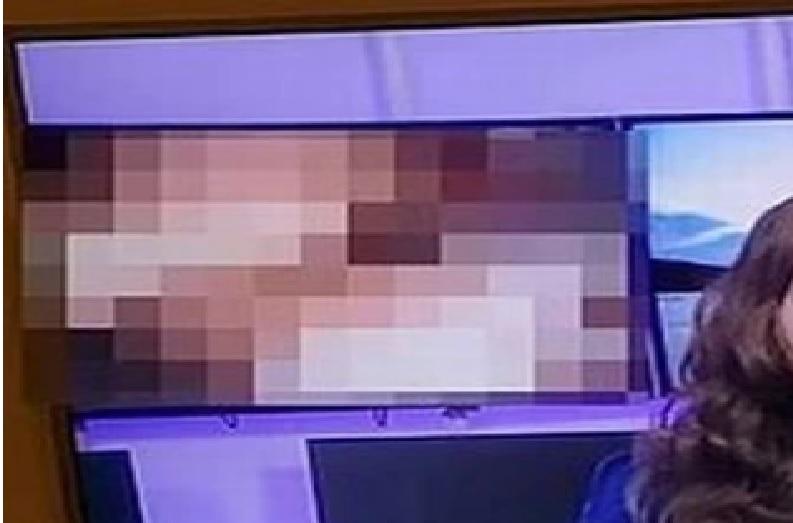 लाइव बुलेटिन में टीवी एंकर दे रही थी गर्म मौसम की जानकारी.. तभी पीछे स्क्रीन पर चलने लगा पोर्न वीडियो