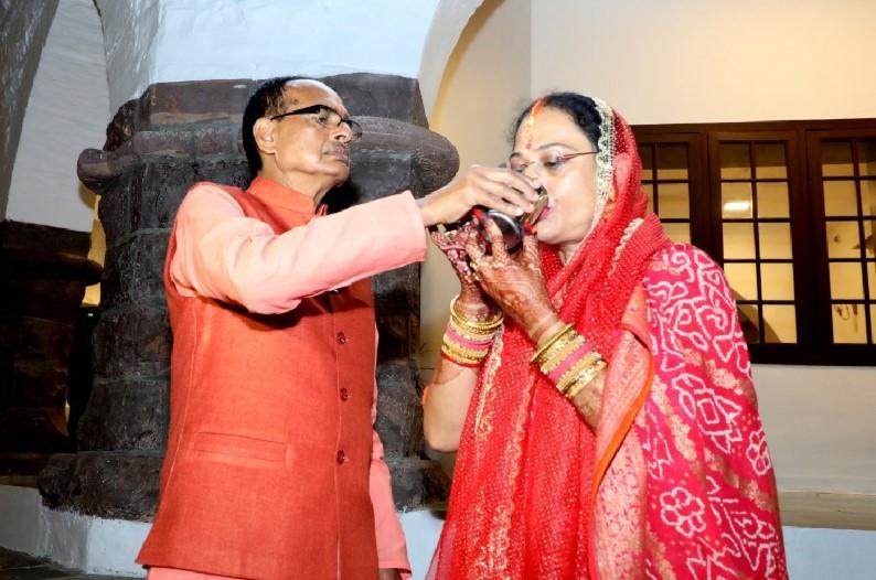 करवा चौथ पर सीएम शिवराज ने पत्नी के साथ की पूजा, पानी पिलाकर खुलवाया व्रत, सुनाई कथा