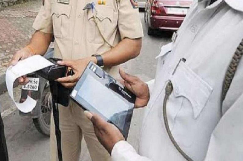 ट्रैफिक पुलिस से पूछा पता तो युवक को थमा दिया 2000 रुपए का चालान, युवक ने सोशल मीडिया पर लगाई गुहार
