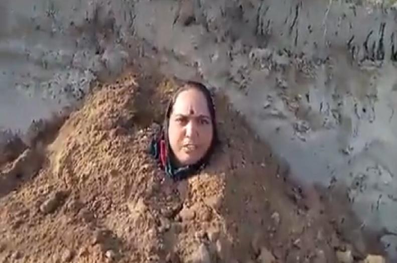 मेरे मरने के बाद बच्चों को भी कर देना दफ्न, आखिर महिला ने खुद को जमीन में क्यों किया दफन.. जानिए