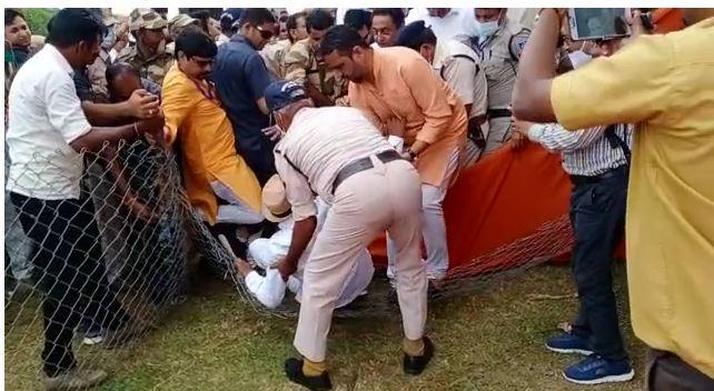 बैरीकेड टूटने से नीचे गिरे पूर्व विधायक रामलखन पटेल, पूर्व CM कमलनाथ की सभा में हुई घटना
