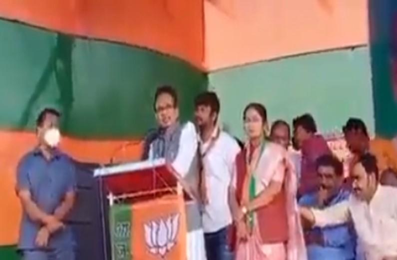 चुनावी सभा के दौरान का मंत्री बृजेन्द्र प्रताप सिंह का वीडियो वायरल, कांग्रेस ने लगाया महिला प्रत्याशी के साथ अनैतिक व्यवहार का आरोप