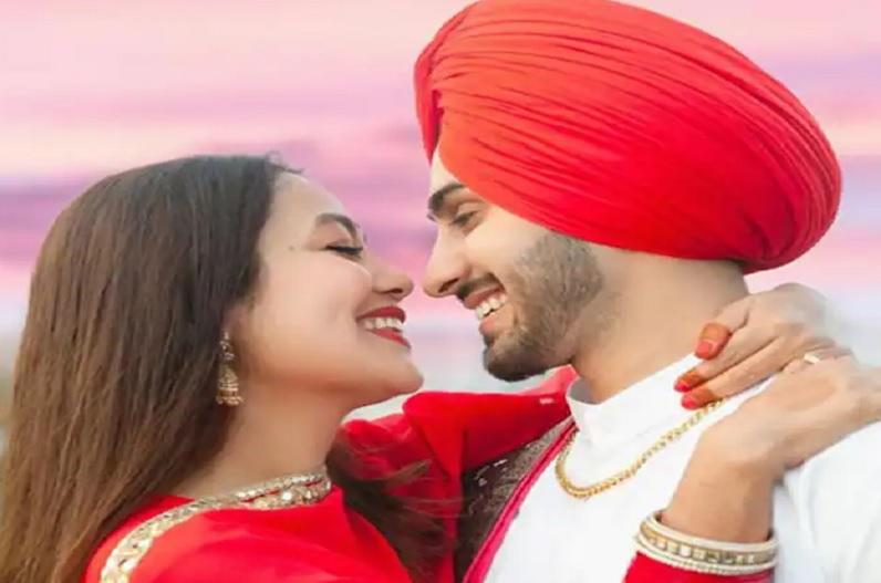 शादी की सालगिरह पर रोमांटिक हुई सिंगर नेहा कक्कड़, पति रोहनप्रीत को सरे आम किया Kiss, सोशल मीडिया में वायरल हुई वीडियो