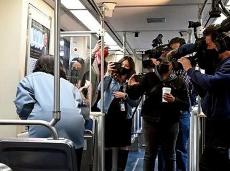 चलती ट्रेन में महिला से हो रहा था रेप..देखकर वीडियो बनाते रहे लोग, 8 मिनट में शर्मसार हुआ ये राष्ट्र