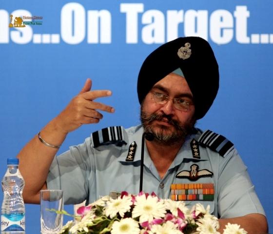 एयर चीफ मार्शल वीरेंद्र सिंह ने नक्सल मोर्चे से जुड़े अफसरों के साथ की चर्चा