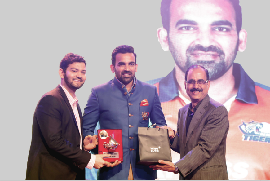 Zaheer Khan receiving a memento from Sidharth Sablania (VP - Global Business, iB Cricket)
