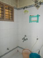 11DCU00300: Bathroom 1