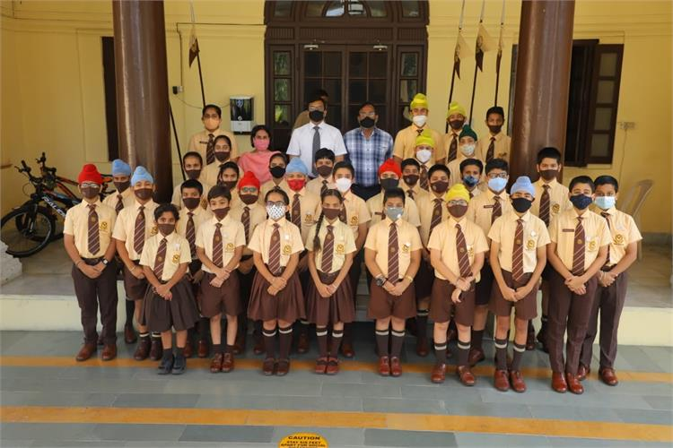 Headmaster gives Torch Badges to Junior toppers