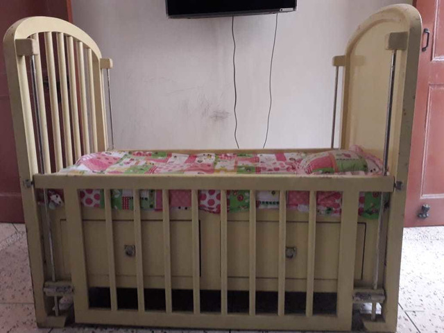 Solid wood baby cot - 7/10