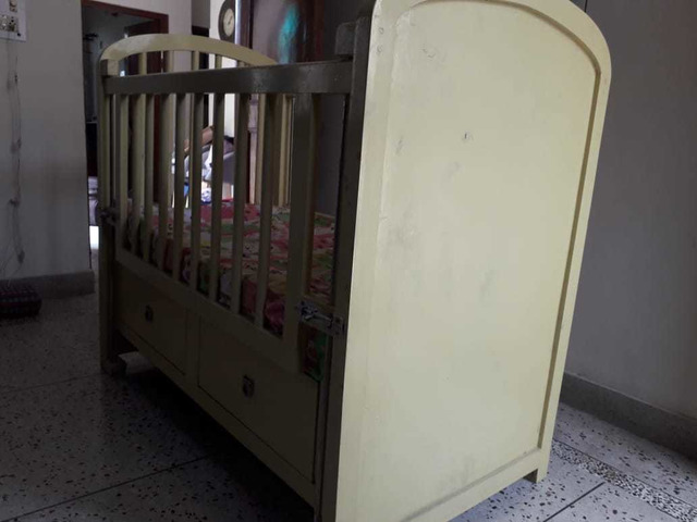 Solid wood baby cot - 8/10