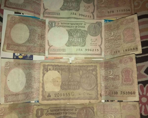 8 old currency notes of 2 rupees and 4 currency notes of 1 rupees in only  600 rupees