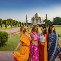 Backpackers posing in front of Taj Mahal