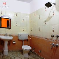 Spacious bathroom with hot water shower in Rishikesh Hostel