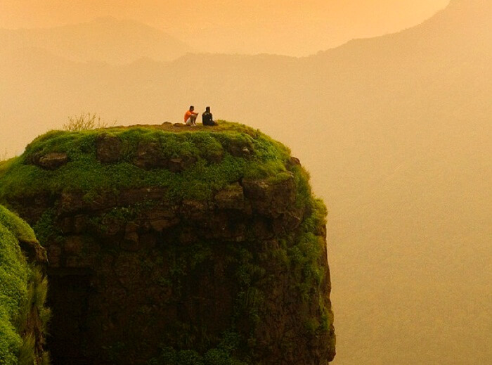 matheran-porcupine-point-sunsetTwo-friends-enjoy-the-beautiful-sunset-at-the-Porcupine-Point-at-Matheran