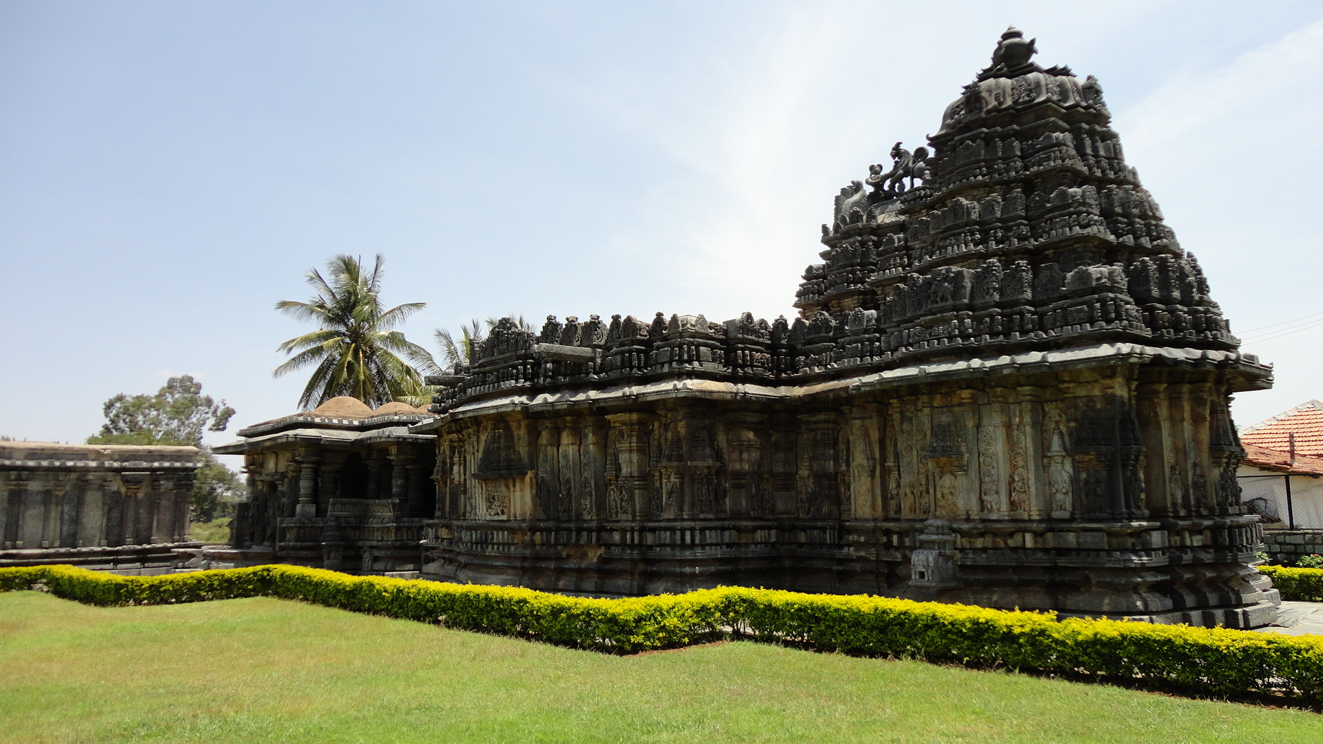 Buchesvara_Temple_at_Koravangala_in_the_Hassan_district_of_Karnataka_state_India_carvings_on_western_side (3)