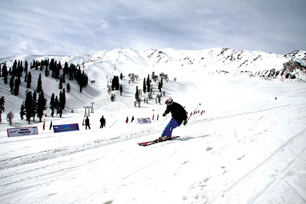 zoomcar.com - Skiing-in-Gulmarg